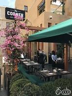 The Corner: Beautiful Decor... Average Diner Food!